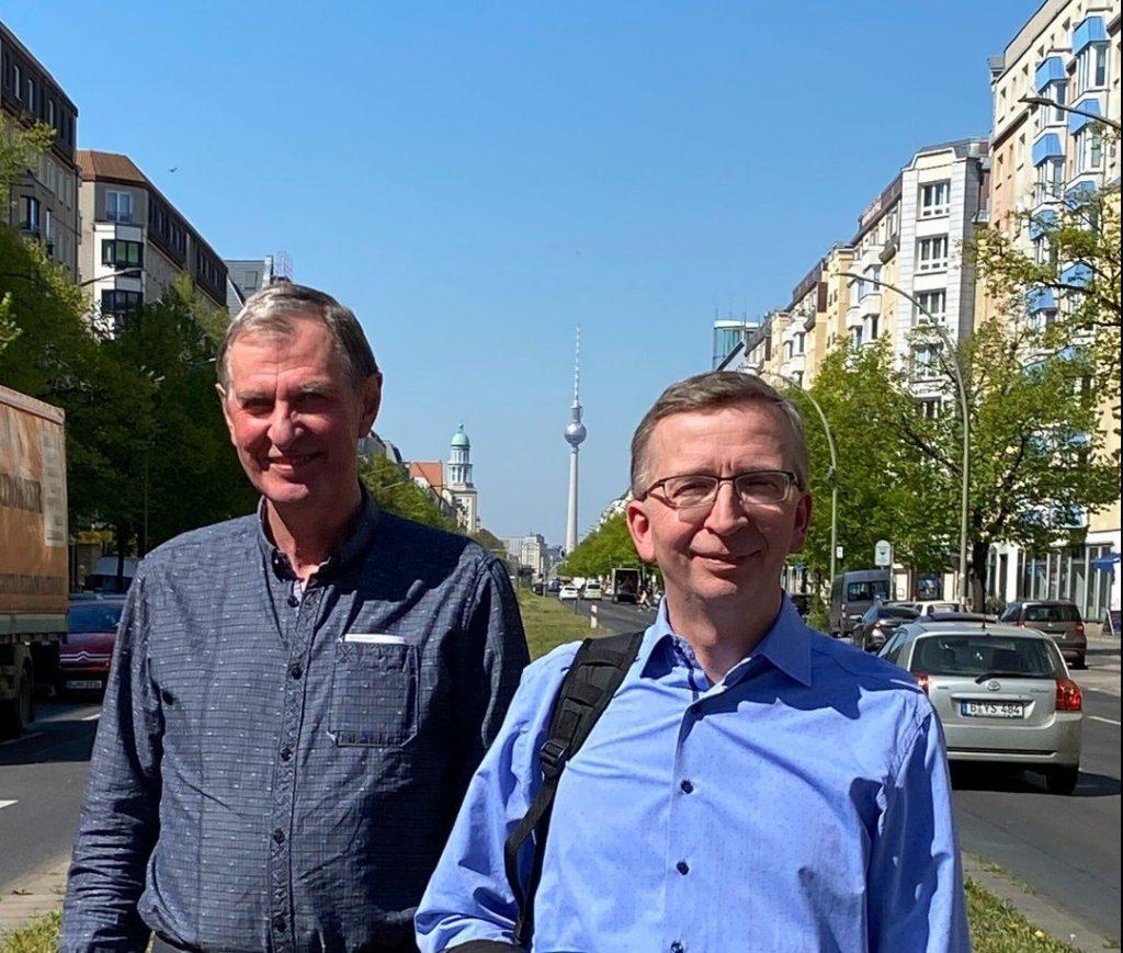 Bild: Der ehemalige Inhaber Herr Hagendorf (links) mit dem Verkaufsleiter der Krapp-Gruppe, Herr Lüth, vor dem Berliner Fernsehturm.